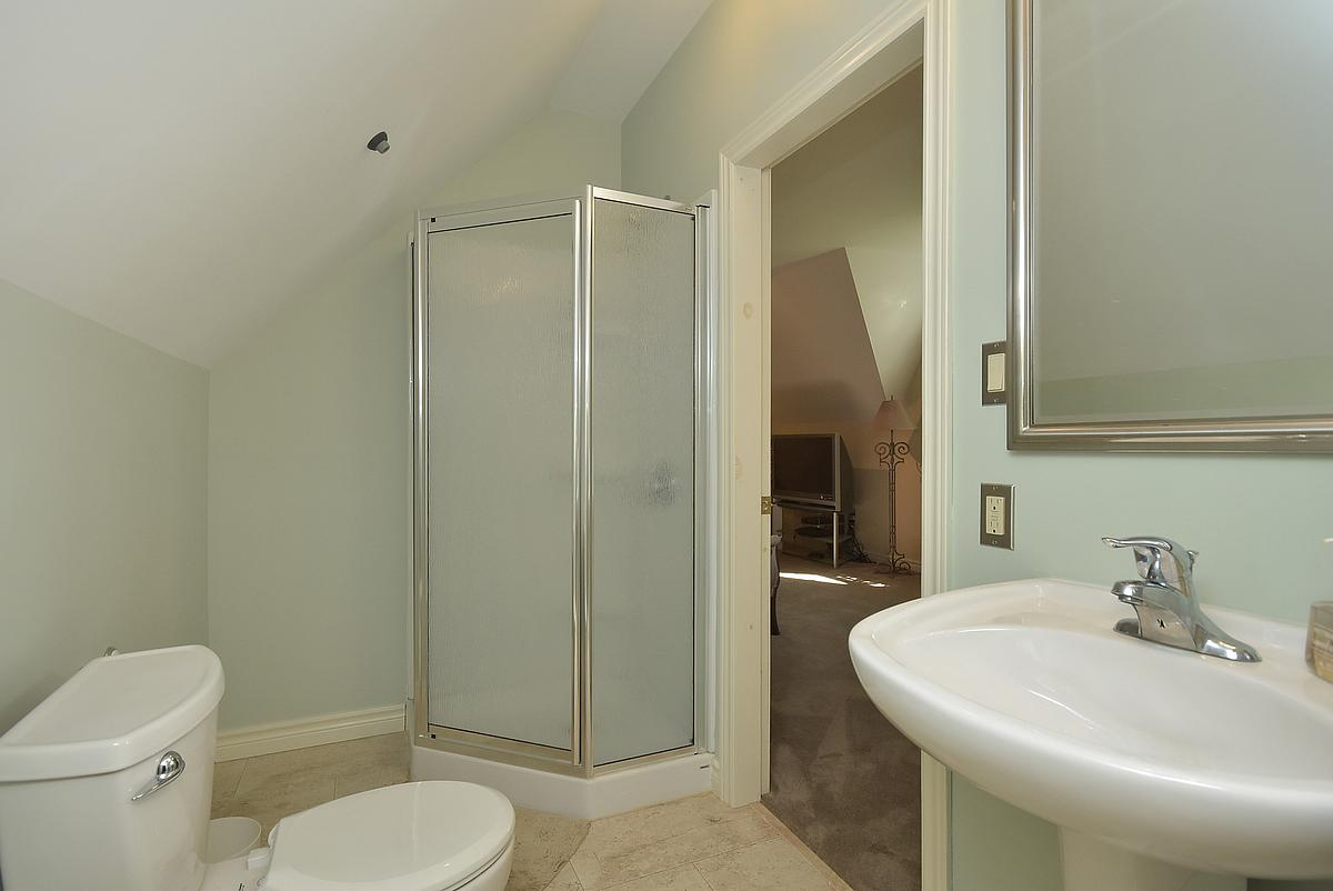 http://listingtour.s3-website-us-east-1.amazonaws.com/2587-10th-line-n/bathroom_1200.jpg